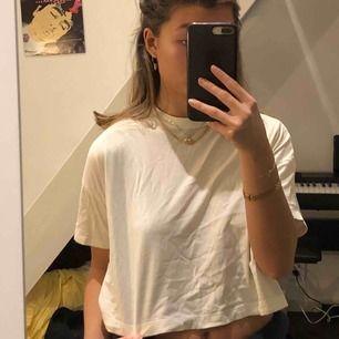 En kortare vit t-shirt från Weekday. Bra skick, knappt använd. Frakt (49 kr)