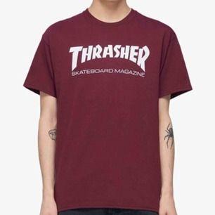 En vinröd thrasher T-shirt med vit text. Fint skick, köpt för 449kr på Junkyard.