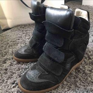 Säljer mina skit snygga Isabel Marant skor! Väll använda men i my let fint skick. Lite slitage på insidan annars super fina!