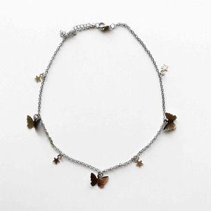 Silvrigt halsband med fjärilar! 🤍
