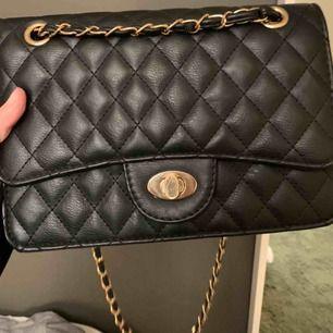 liten handväska köpt på ur och penn. köpte för 249kr. näst intill nyskick då den är sparsamt använd. säljs pga inte min stil. mer i kommentarerna