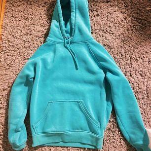 Skiiitnajs hoodie från bikbok! Så fin färg verkligen. Säljer för får inte användning av den. Frakt ca 44kr🥰 jättebra skick! Budning! Senaste bud 160kr