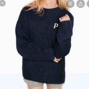 Säljer den populära Victoria's Secret PINK stickade tröjan. Mörkblå. Väldigt oversize. Nypris ca 500kr