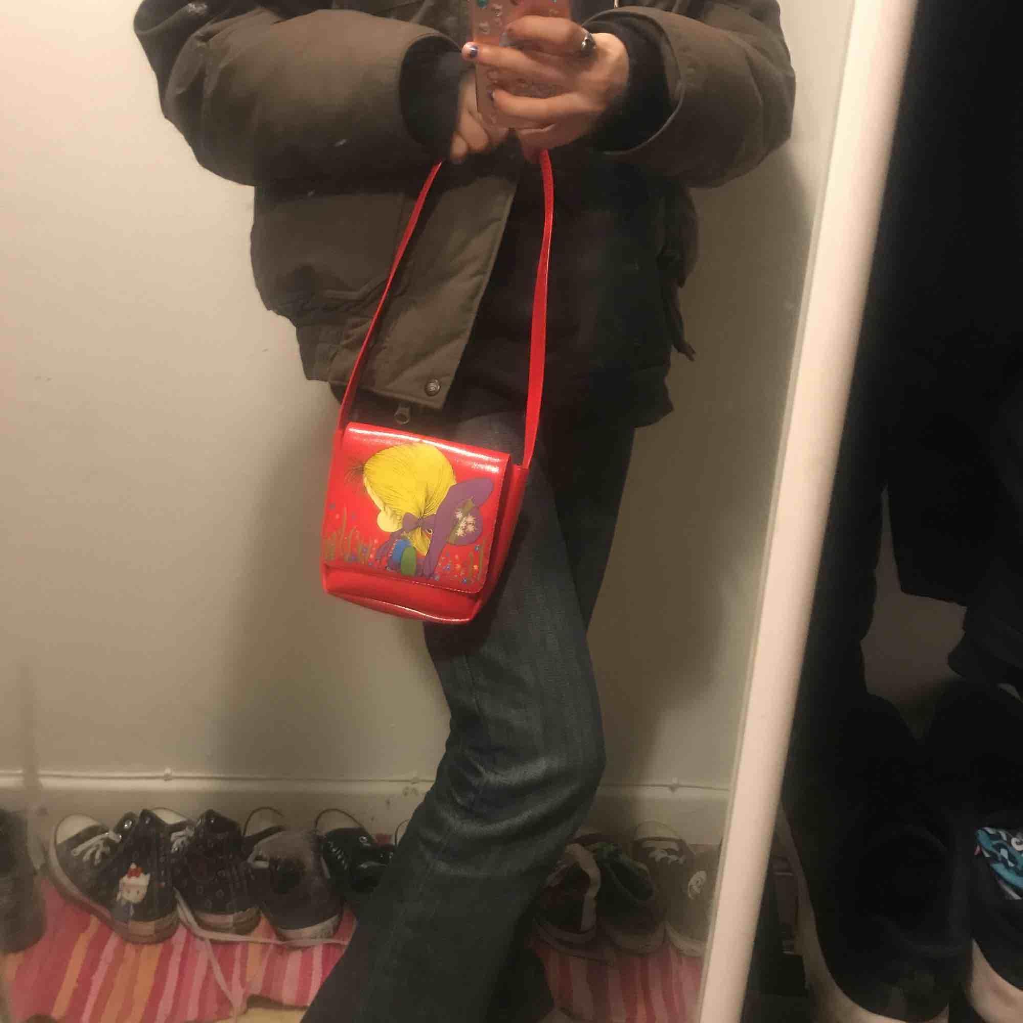 Min mammas gamla väska och bälte från när hon var liten så någongång från 70talet dom kommer ihop :) Jättefint skick skulle kunna tro att det är nyskick. Väskor.