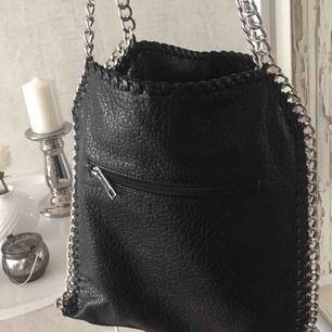Säljer min fina TIAMO väska i svart, jättefin men kommer dessvärre knappt till användning. 9/10 i skick, som ny