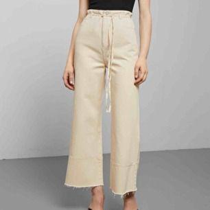Jeans från Weekday i beige/vitt. Orginalpris är 600 men säljer för 200, endast testade. Skriv för fler frågor eller bilder, snöret skickad även med.🥰