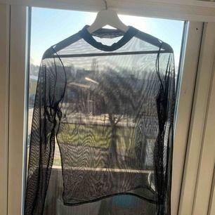 En genomskinlig långärmad tröja ifrån Nelly, storlek M. 80+ frakt