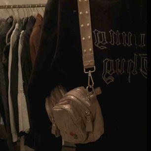 Superfin beige väska från Gina Tricot. Använt denna typ 2 gånger men den är inte riktigt min stil😆 Köpt för 349kr!  Kan mötas i stockholm eller frakta💗 (pins följer inte med)