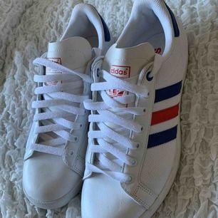 Säljer dessa helt oanvända adidas skorna.🧚🏻🧚🏻