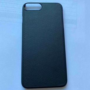 Super snyggt svart mobil skal som är helt oanvänt! Som tillhör ett plånboks fodral från ideal of Sweden. Om det är så att du har ett sånt skal så är det magnetiskt. Annars går det lika bra att ha det som det är :)