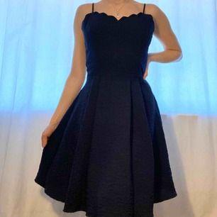 Klänning mörkblå, använd 1 gång. Perfekt till Avslutningsmiddag, bal, bröllop, begravning. Nypris: 799 kr.