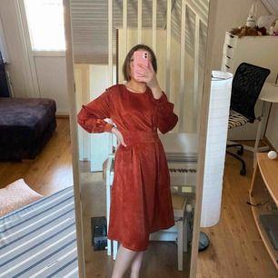 Kopparfärgad klänning från Gina Tricot det går ihop lite vid midjan