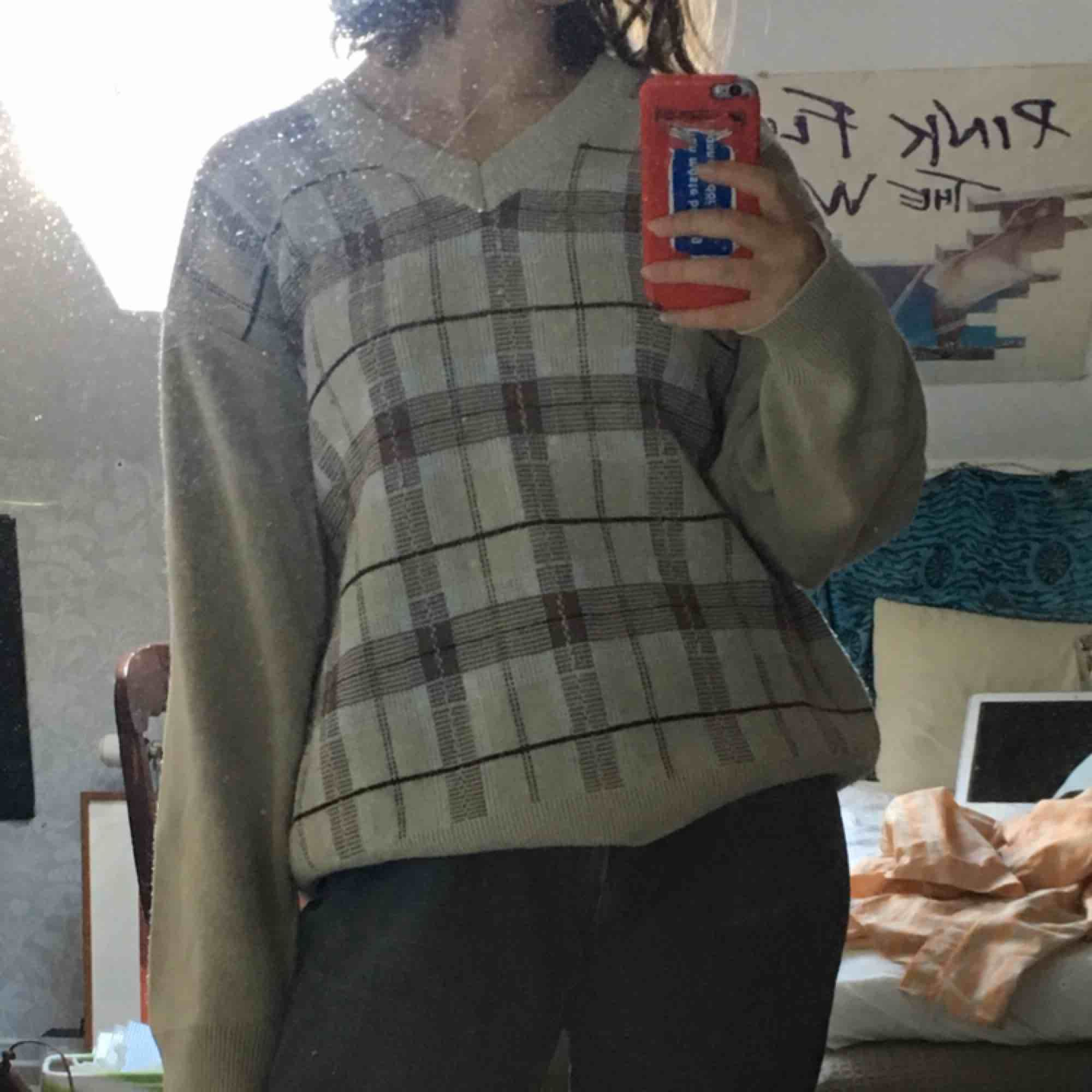 Cool rutig vintage tröja i storlek L jag brukar vanligtvis ha S och den passar S/M beroende hur man vill att den ska sitta . Tröjor & Koftor.