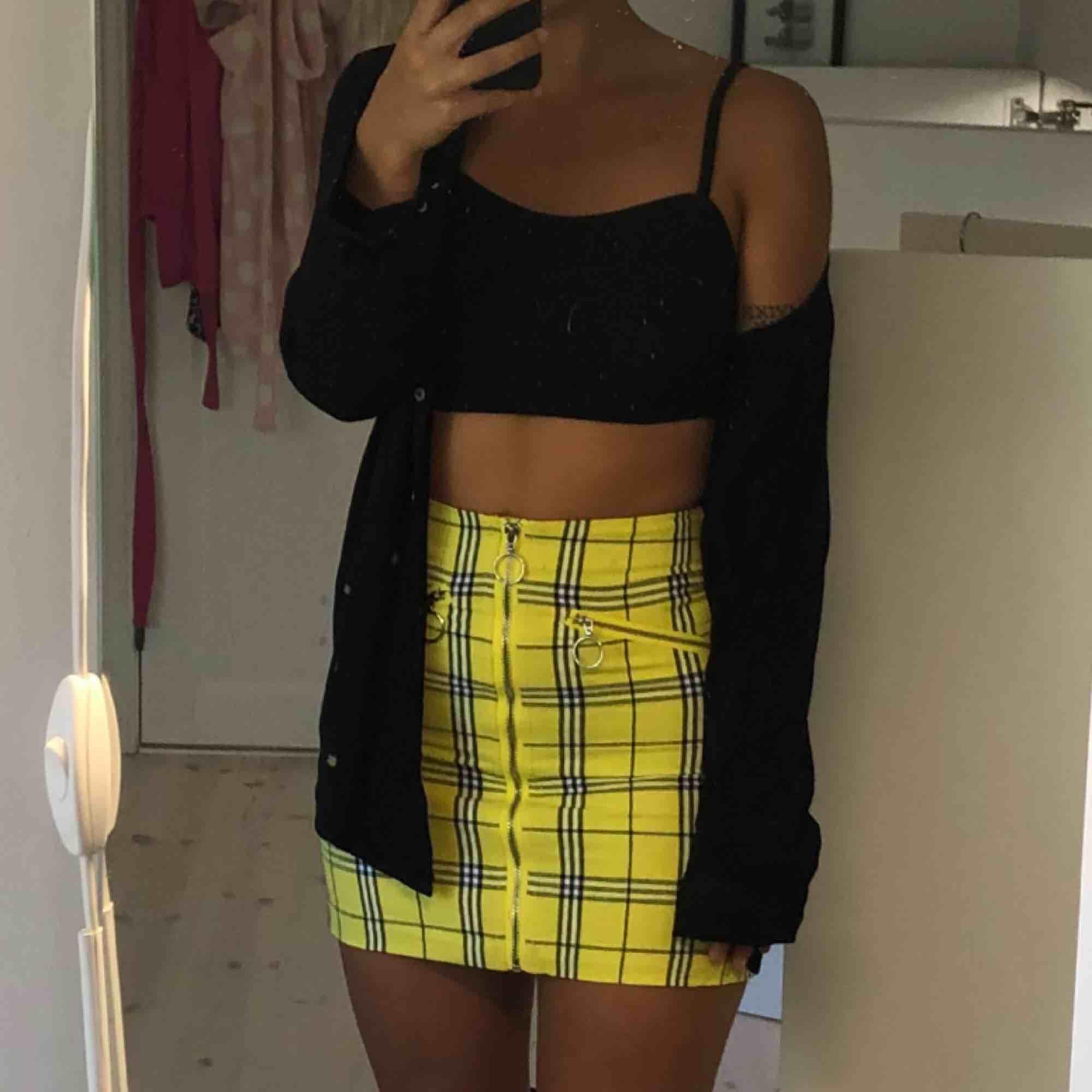 Skitball kjol med dragkedja fram. Passar en storlek XS. Köpt i Australien på Factorie. Aldrig använd bara provad. Prislapp kvar. Kjolar.