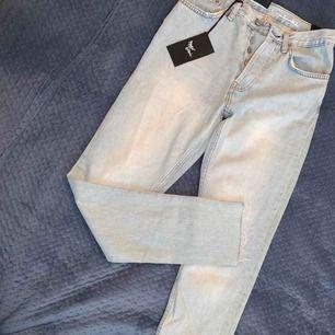 2 st. Denim Jeans nya Never Denim Strl XS Två för 600 kr Ny pris 599/st