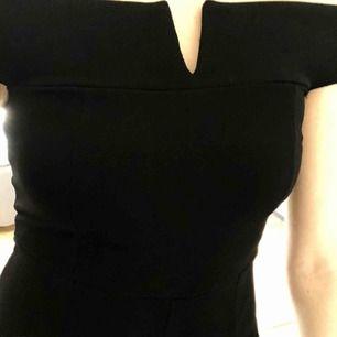 Min jumpsuit på niornas bal som endast kommit till användning den dagen!  Väldigt Classy och stilren om man inte pallar vara jättextra 💜 Bra skick 💖 Jag är 181 cm lång 💖 Frakt tillkommer
