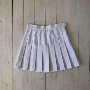 Superfin tenniskjol från american apparel, köpt här på Plick, tyvärr för liten för mig då jag brukar ligga mellan XS-S, denna är åt det mindre hållet i storleken.   Köparen betalar frakt, alt upphämtning i Gävle eller Uppsala!