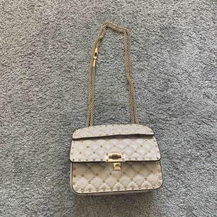 Valentino rockstud väska, lilla modellen. Den går ej att knäppa (stänga). Om du är intresserad kan jag skicka mer bilder!