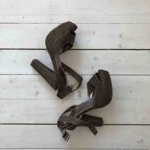 Guldglittriga högklackade skor, säljes pga lite för små för mig. Använda enstaka gånger, fint skick!   Köparen betalar frakt, alt upphämtning i Gävle eller Uppsala!