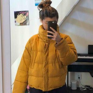 Säljer min coola gula puffer jacket från Urban outfitters. Den är lite oversized i modellen så passar på M /S. Använd men fortfarande i bra skick, inga slitningar mm. Finns både knappar och dragkedja, och den har två fickor framtill.