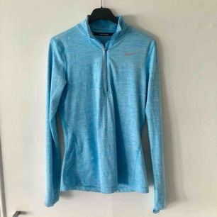 Tunn träningsjacka/tröja från Nike. Mycket mjukt och skönt material. En liten fläck som knappt syns, se sista bilden 🌸