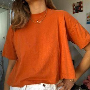 Säljer min orangea t-shirt med lite polokrage från weekday. Jättefint basplagg att ha och styla med andra plagg. Säljer pga den inte kommer till användning.