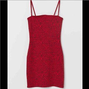 klänning som endast blivit använd en gång, frakten är gratis 😊