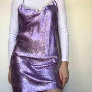 Finaste sommarklänningen😫💜 går att styla som en kjol, klänning, linne & som nattlinne!! Används för lite av mig tyvärr :( Köpt vintage! Passar mig med S men även XS-M! Har en säkerhetsnål som spänne på ena bandet, skriv till mig för bilder! Kram💜💐☔️