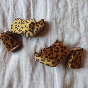 🐆 90's style chunky heel platåskor i leopardmönster. Aldrig använda. Stl 37. Skickas mot spårbart porto eller avhämtas i Aspudden i Stockholm 🖤