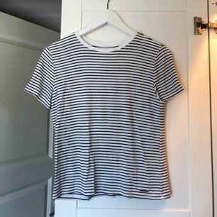 Svart och vitrandig t-shirt från abercrombie and fitch. Sparsamt använd.  Betalning via swish. Kan mötas upp i trelleborg, malmö eller lund alternativt fraktas vilket köparen står för.