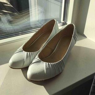 Fina skor med liten klack som passar skolavslutningar. Använda en gång på en bal. Köparen står för frakten!💕