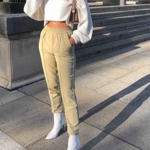 Säljer dessa populära beiga byxor i storlek 36 från NA-KD, är använda men i bra skick❤️