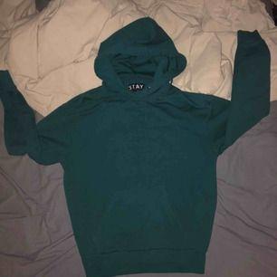 Säljer dena mörkgröna hoodie från carlings då den inte kommer till användning av mig längre... väldigt bra skick dock💞