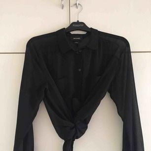 Jättesnygg svart transparent blus, helt oanvänd!  Blusen är lite oversized, sitter jättesnyggt på 💕
