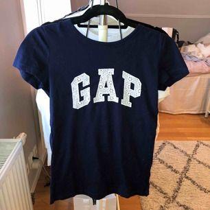 T-shirt från GAP köpt i New York. Aldrig använd så som ny. Kan frakta eller mötas upp i Uppsala💕