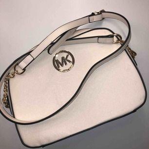Jag säljer en beige/vit väska. Väskan är fake Michael kors men ser ganska äkta ut! Helt oanvänd.