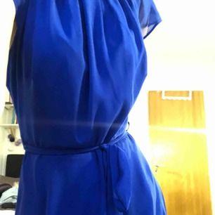 Mörkblå finklänning använd 1 gång. Knälång och bra kvalitet. Märket är billie & blossom av Dorothy perkings. Storlek 38