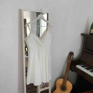 En enkel vit klänning i storlek L köpt från Zalando.💜