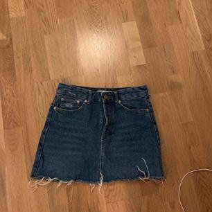 En jättefin jeanskjol får bershka som tyvärr har blivit för liten. Frakt tillkommer💗