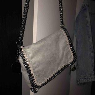 """Söt """"handväska"""" men långa band. Tyvärr inte avtagbara. Köpt i Spanien för 250kr. Använd ett fåtal gånger. 💕 Frakt tillkommer ( mer bilder finns )"""