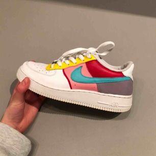 Mina egna handmålade Nike air force 1, målat med marknadens bästa färg. Använda men har tvättat dem så noggrant! Tyvärr lite fläckar på färgen på insidan av skon,inget man tänker på när man använder dem eftersom det är insidan!🥰5 timmars måleri arbete!