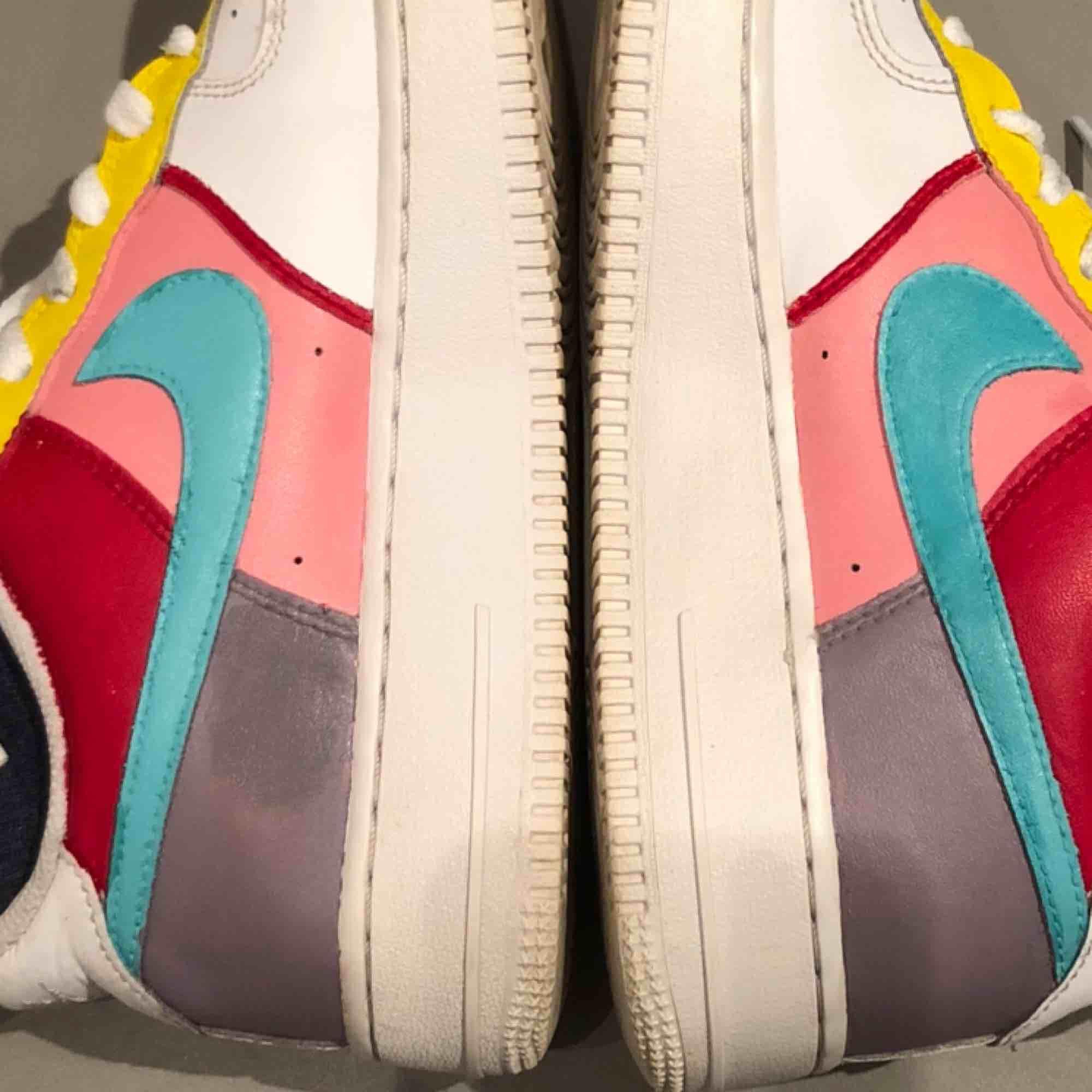 Mina egna handmålade Nike air force 1, målat med marknadens bästa färg. Använda men har tvättat dem så noggrant! Tyvärr lite fläckar på färgen på insidan av skon,inget man tänker på när man använder dem eftersom det är insidan!🥰5 timmars måleri arbete! . Skor.