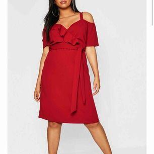 en vinröd klänning, den är röd på bilden men i verkligheten är den vinröd!
