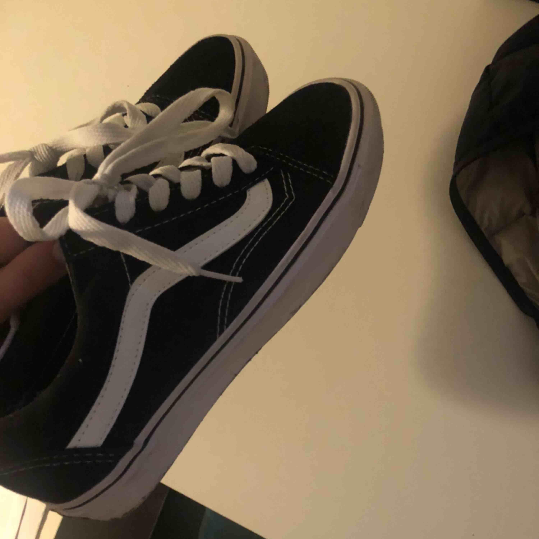 Helt nya svarta old school vans. Använda en gång så är i perfekt skick💗. Skor.