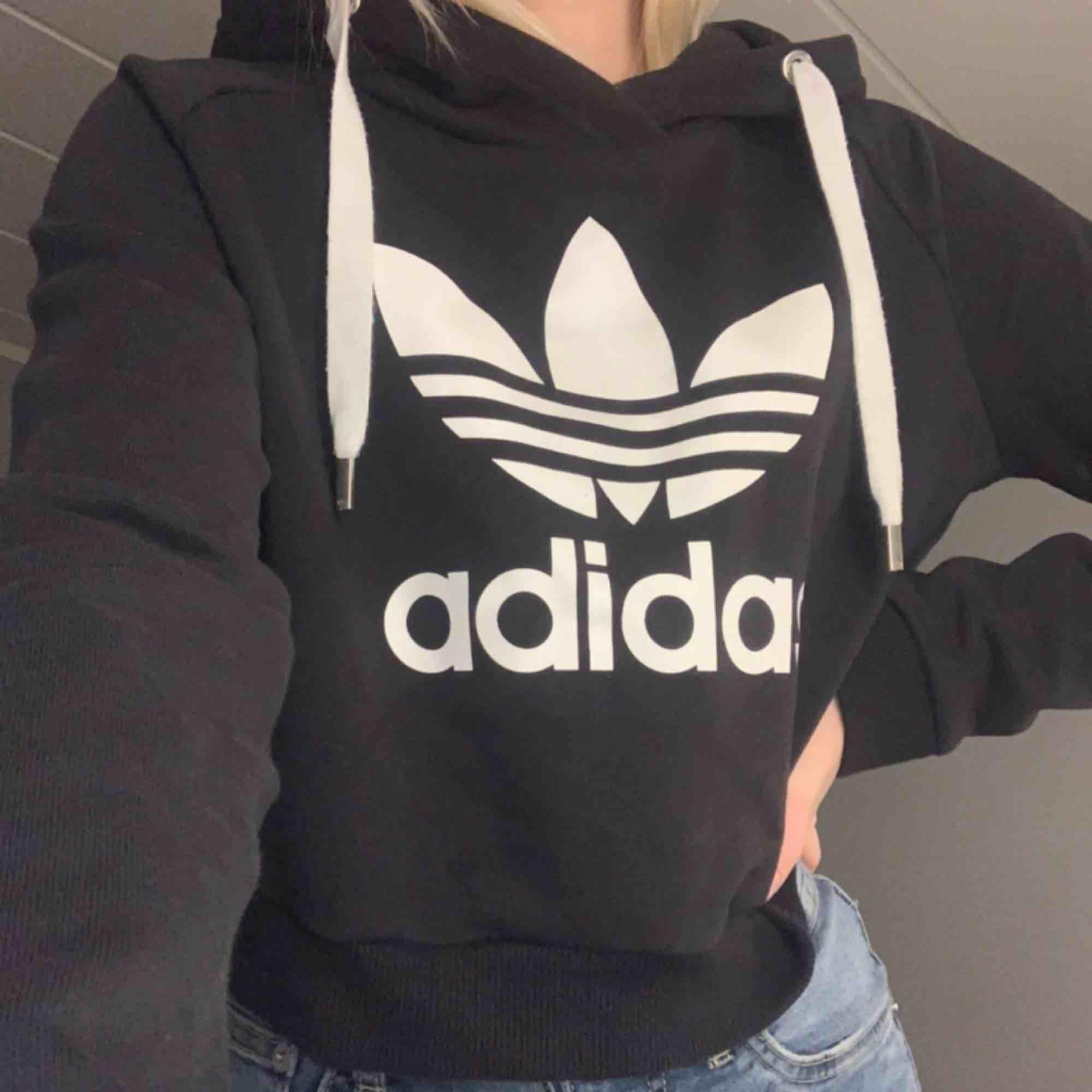Snygg Adidas hoodie. Strl M men passar S också. Köparen står för frakt. . Huvtröjor & Träningströjor.