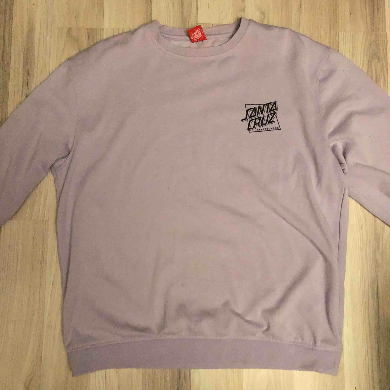 Santa Cruz tröja i lila. Size XL. 199kr inklusive frakt. Tveka inte fråga om du undrar över nåt! :). Huvtröjor & Träningströjor.