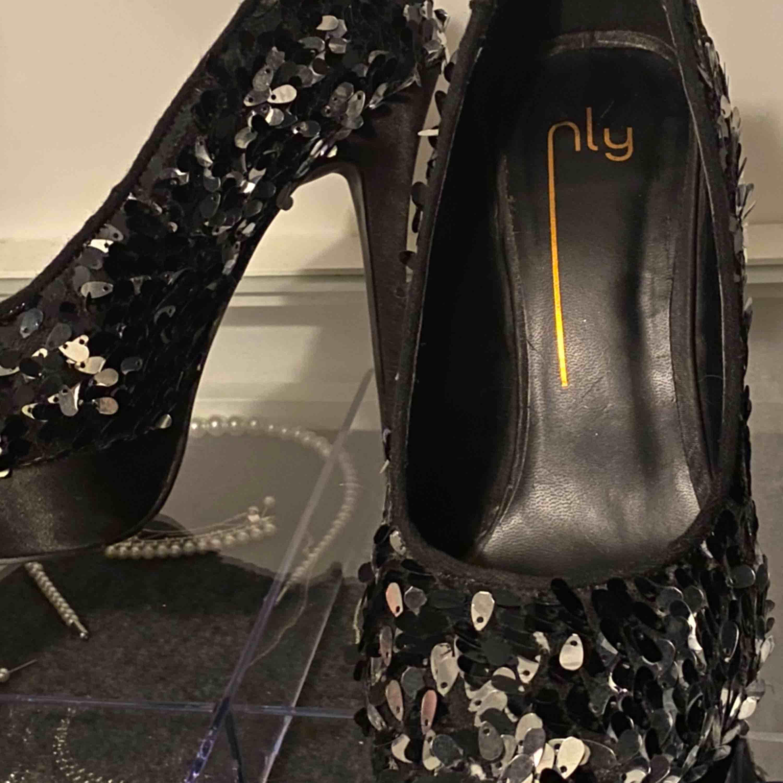Högklackade skor från Nelly, storlek 40 men kan eventuellt passa 41. Priset är inkl. Frakt, priset kan även diskuteras.. Skor.