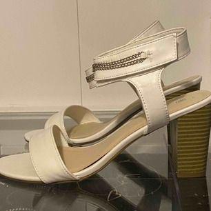 Lågklackade skor i storlek 40, vet ej vart dem kommer ifrån. Priset inkl. Frakt, priset kan diskuteras.