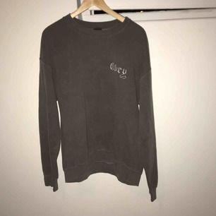 Riktigt snygg sweatshirt i mellangrå färg från Obey. Snyggt tryck på ryggen, normal passform. Sparsamt använd, mycket fint skick.