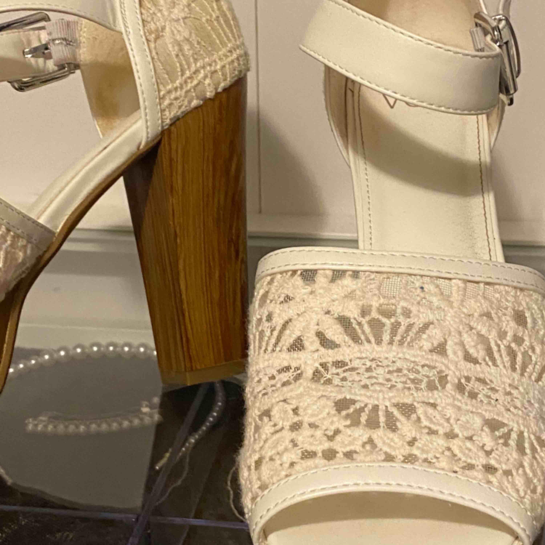 Högklackade skor från skopunkten i storlek 40, priset är inkl. Frakt och priset går att diskuteras.. Skor.